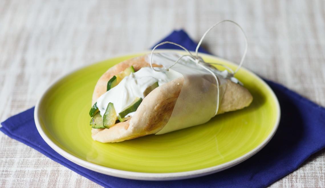Pane pita con zucchine, olio alla zucca Zucchi e yogurt greco