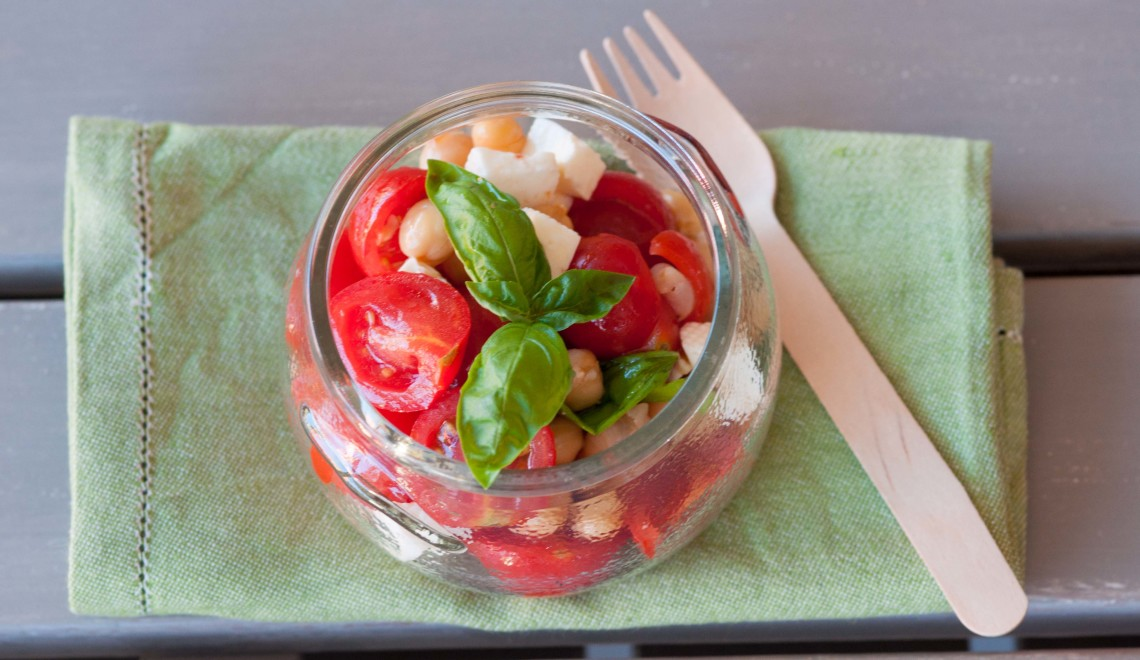 Insalata di ceci, pomodorini, primosale e basilico