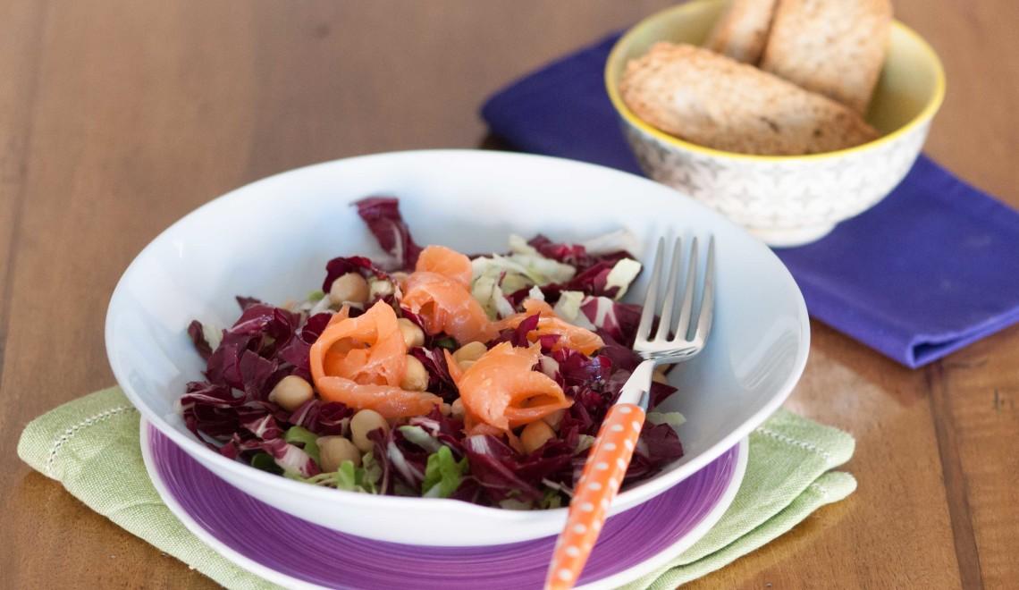 Insalata invernale con radicchio, ceci e salmone