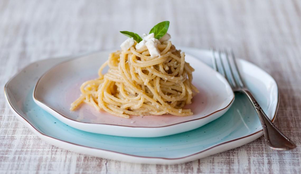 spaghetti-pesto-carciofi-e-feta
