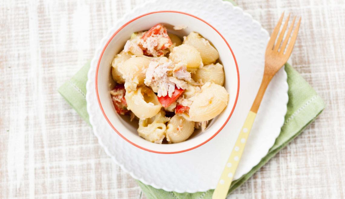 Pasta con crema di avocado, tonno e pomodorini