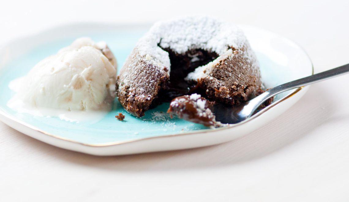 Tortino al cioccolato dal cuore morbido con gelato alla soia