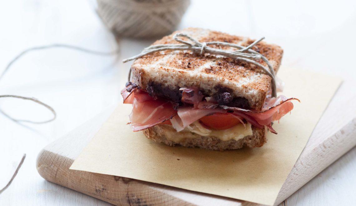Toast speck e brie con paté di olive