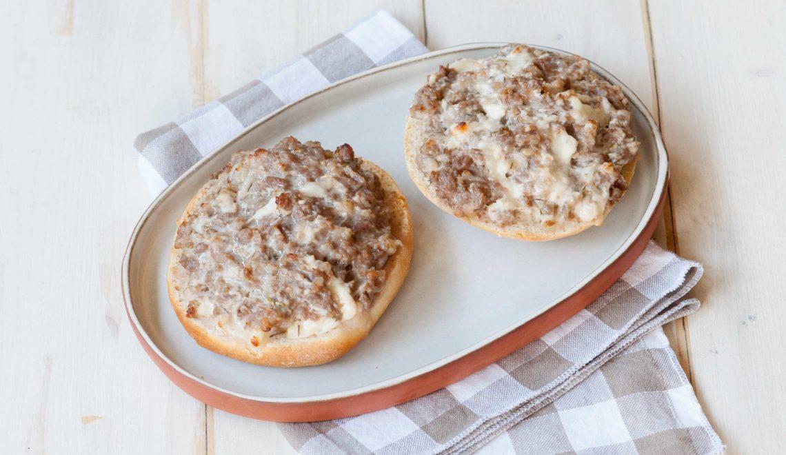 Crostone con salsiccia, stracchino e timo