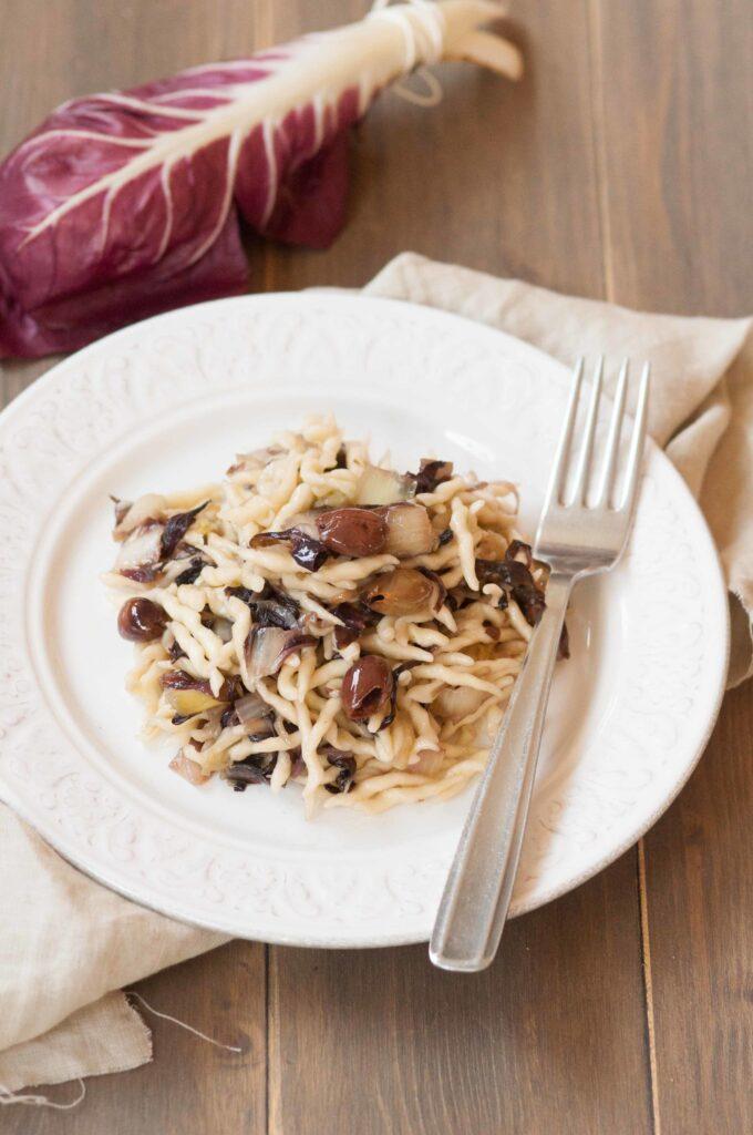 Trofie con radicchio e olive taggiasche