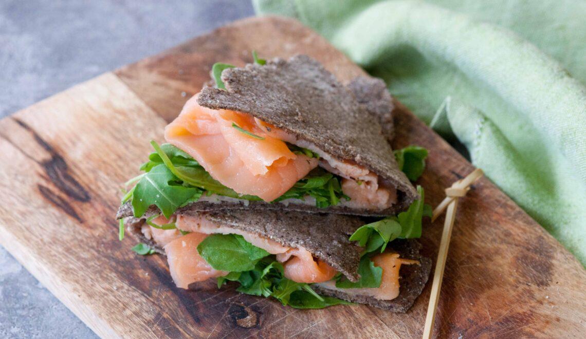 Piadina di grano saraceno con salmone e rucola