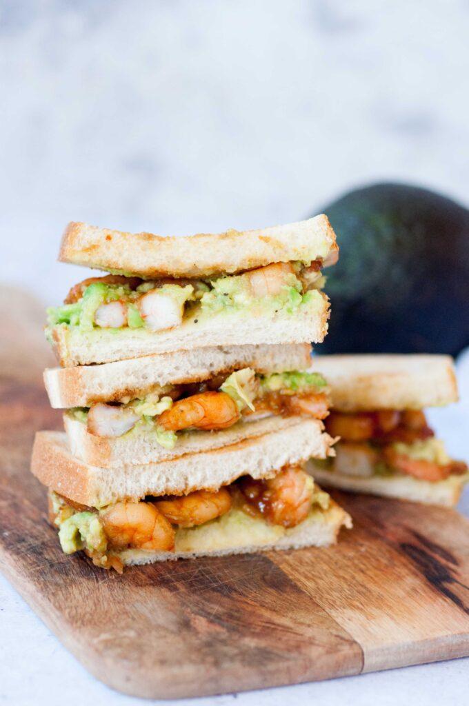 Sandwich con gamberi in agrodolce e avocado