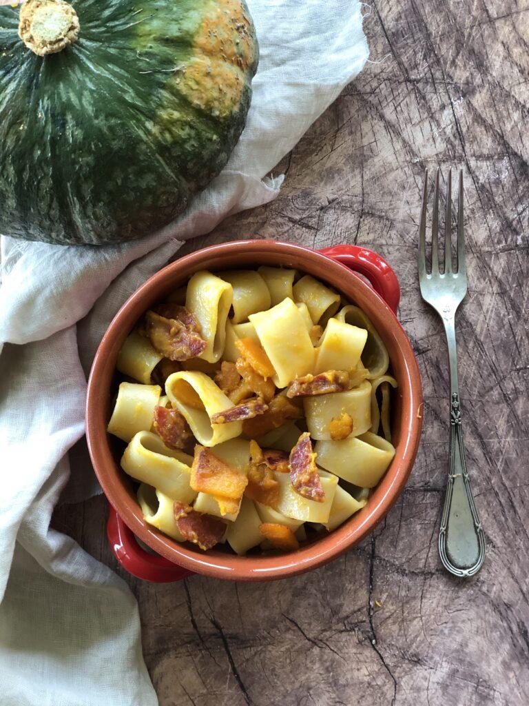 Pasta con zucca e salame piccante